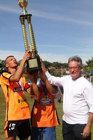 Após vice-campeonato no ano passado, Quatro Bairros ergue a taça em 2015 (Foto: Sérgio Borges / NoFoco)