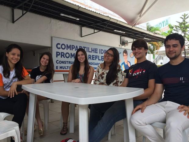 Estudantes de Recife comentam adiamento do Enem; na foto, Annee Caroline, Camila Ávila, Débora Lima, Matheus Cazé e João Paulo de Lima (Foto: Thays Estarque/G1)