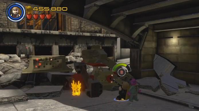 Stan Lee aparece preso em um carro na batalha do primeiro filme dos Vingadores em sua versão LEGO Avengers (Foto: Reprodução/Rafael Monteiro)