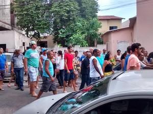 Na frente do DPJ, onde os detidos estavam, amigos pediam Justiça, espírito santo (Foto: Ariele Rui/ TV Gazeta)