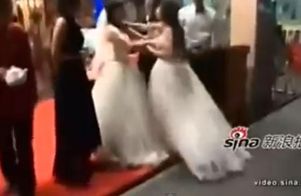 Casamento terminou em briga entre a noiva e a amante do noivo (Foto: Reprodução/YouTube/World news)
