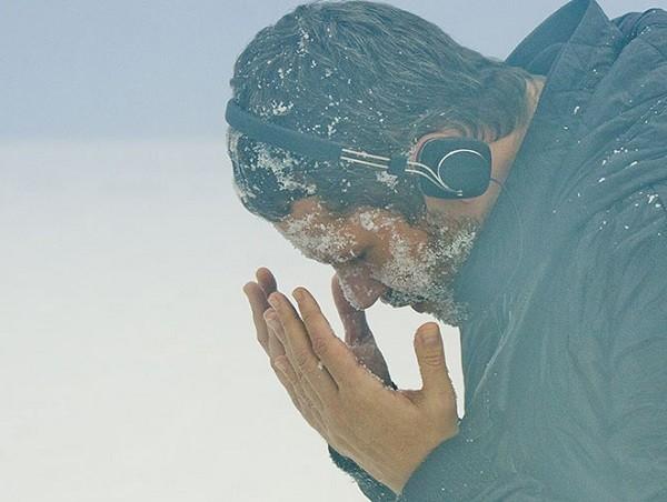 Selton Mello vive artista que faz trabalho com selfies no Ártico no filme Soundtrack (Foto: Divulgação)