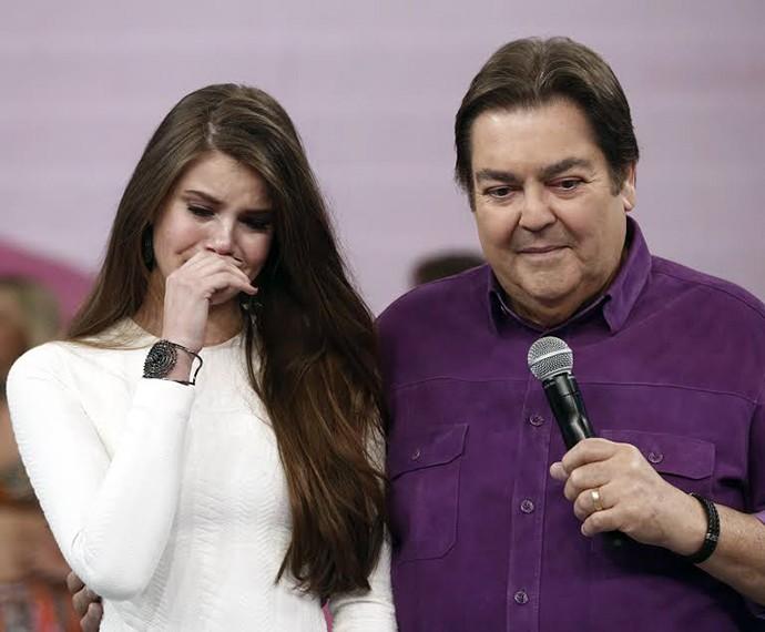 Camila Queiroz não segura a emoção no palco do Domingão (Foto: Inácio Moraes/Gshow)