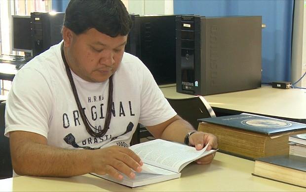 Gasodá Suruí é oprimeiro de sua etnia a cursas mestrado (Foto: Bom Dia Amazônia)