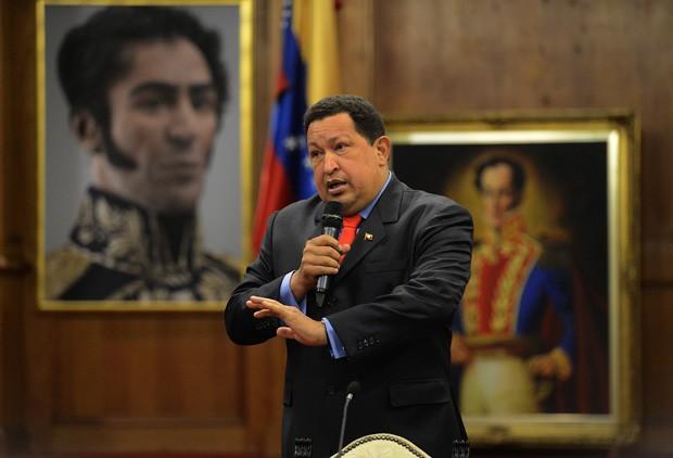O presidente Hugo Chávez durante entrevista coletiva no seu gabinete, nesta terça (9) (Foto: Juan Barreto / AFP)