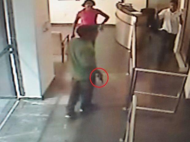 Terceiro suspeito ficou no térreo e rendeu outros funcionários e clientes (Foto: Reprodução/SSP/SE)