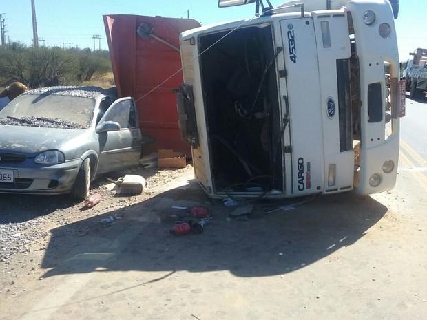 Caminhão tombou na BR-428 em Petrolina (Foto: Divulgação/Polícia Rodoviária Federal)