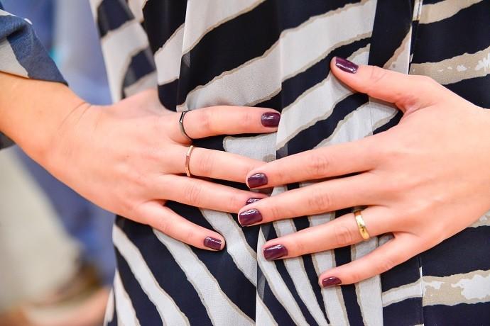 Unhas roxas e anéis discretos (Foto: Priscilla Fiedler/RPC)