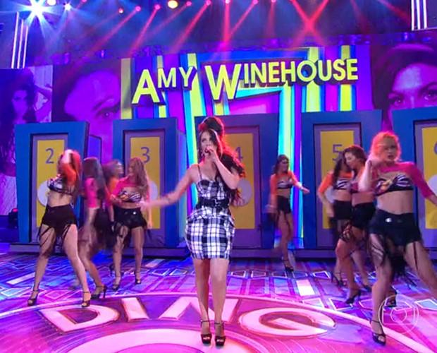 Leticia Coimbra interpretando a cantora Amy Winehouse (Foto: Reprodução/Domingão do Faustão)