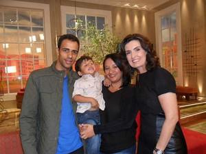 Família de Miguel com Fátima Bernardes (Foto: Josiane Almeida Santos Dias / Arquivo Pessoal)