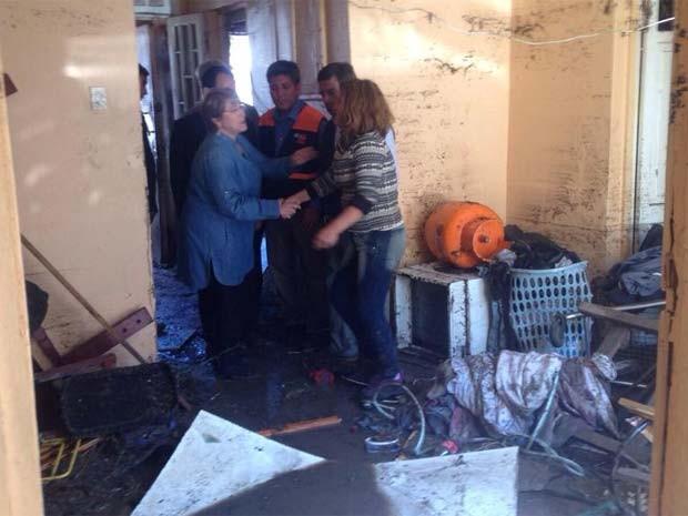 Bachelet visita família afetada pelo terremoto em Coquimbo (Foto: Reprodução/ Twitter/ Gobienro de Chile)