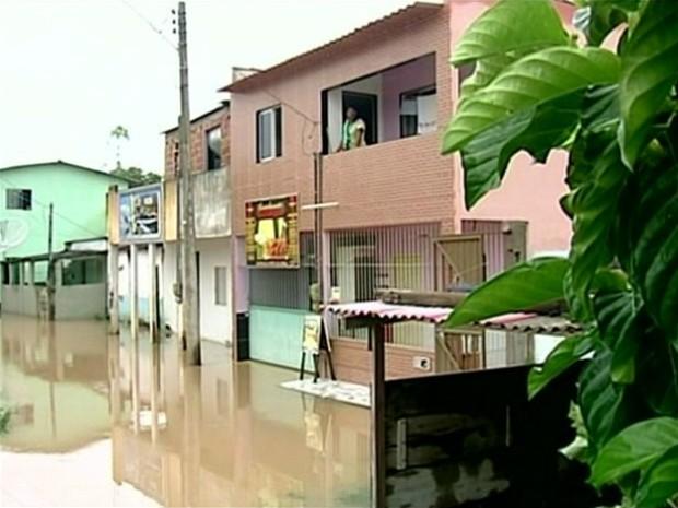 Mulher ilhada em casa no bairro Porto, São Mateus (Foto: Reprodução/ TV Gazeta)