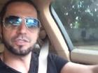 Latino dirige com macaco Twelves no colo: 'Meu companheiro de sempre'