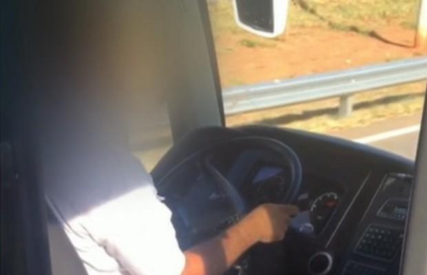 Motorista de ônibus é flagrado dirigindo e falando ao celular em Ipameri, Goiás (Foto: Reprodução/TV Anhanguera)