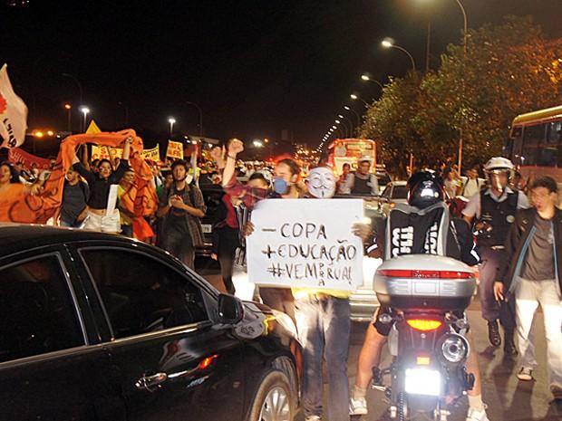 Ativistas contra a Copa do Mundo durante manifestação em Brasília (Foto: Ricardo Moreira / G1 DF)