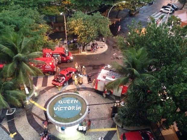 Bombeiros em condomínio na Barra da Tijuca, Rio, após incêndio (Foto: Perla Rodrigues / G1)