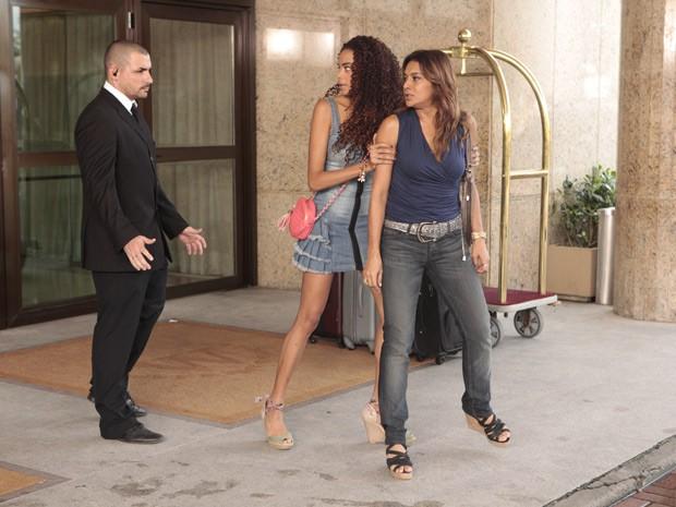 Lucimar é contida por seguranças (Foto: Salve Jorge/TV Globo)