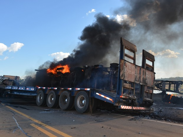 Carretas pegaram fogo após batida na BR-364 (Foto: Jonatas Boni/ G1)