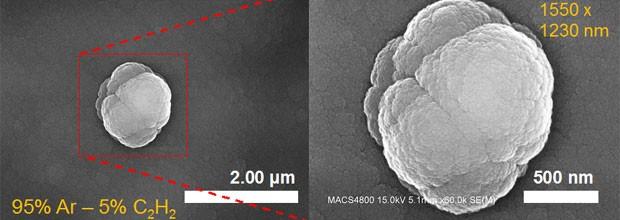 Imagem feita com a ajuda de microscópio eletrônico de varredura mostra simulação com nanogrãos agregados (Foto: Nasa/Ames/Farid Salama)