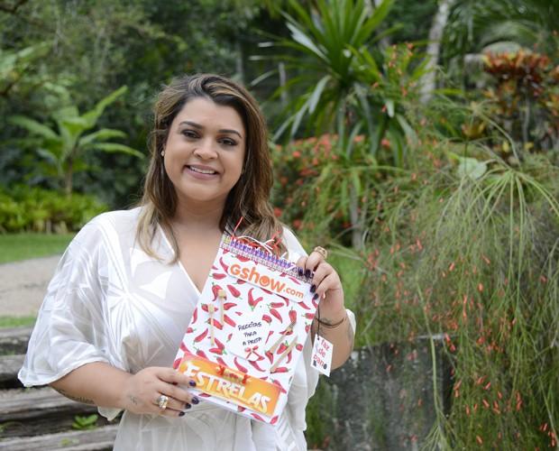Noivinha posa com caderno de receitas que ganhou do Gshow (Foto: Ellen Soares/Gshow)