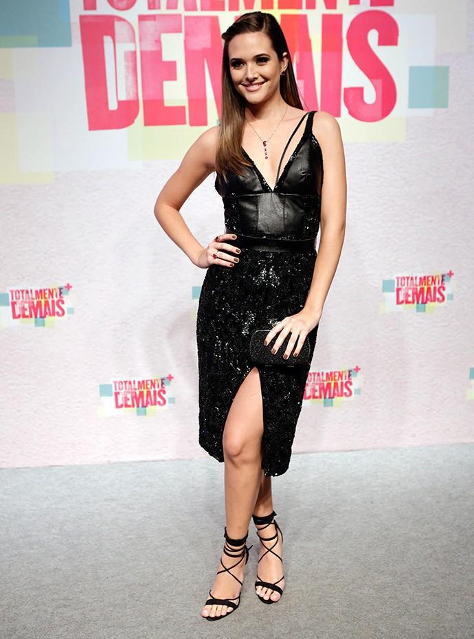 Juliana Paiva maravilhosa em vestido preto de couro (Foto: Fábio Rocha/Gshow)