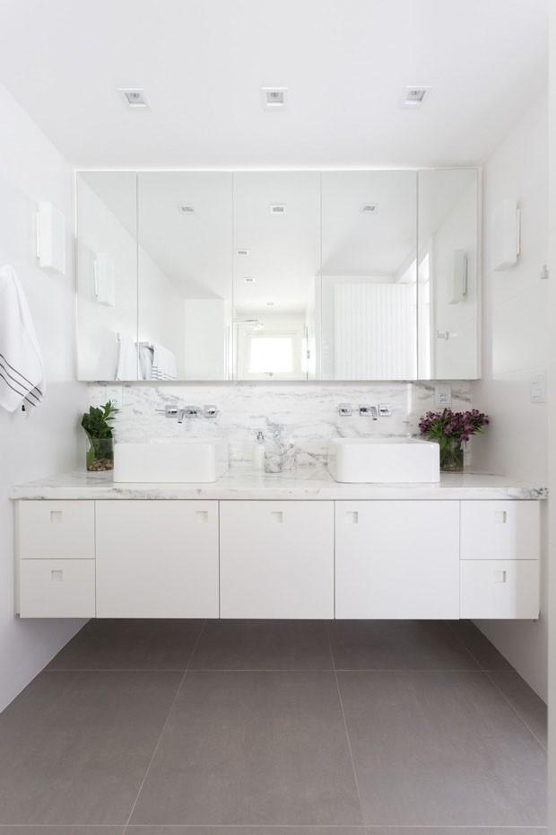 13 banheiros brancos e elegantes