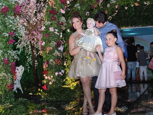 Solange Almeida com as filhas Maria Esther e Estrela e com o empresário Wagner Miau em festa em Fortaleza (Foto: Instagram/ Reprodução)