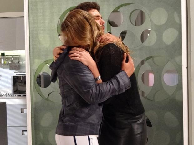 Nada como oferecer um ombro amigo para conquistar uma mulher (Foto: Guerra dos Sexos / TV Globo)