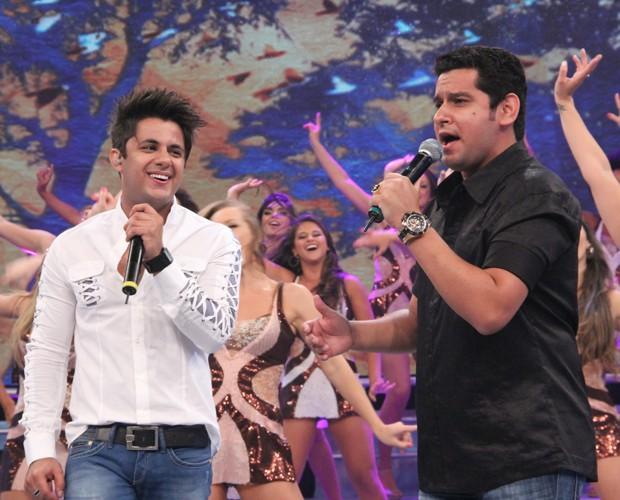 Cristiano Araújo e Leo Magalhães juntos no palco (Foto: Domingão do Faustão / TV Globo)