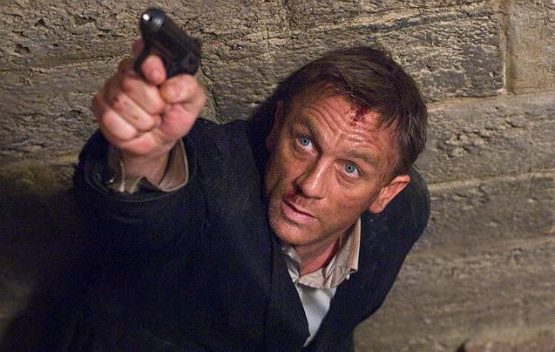 A série cinematográfica '007' já rendeu dois ferimentos graves ao ator Daniel Craig: um machucado na mão e uma distensão muscular. (Foto: Divulgação)
