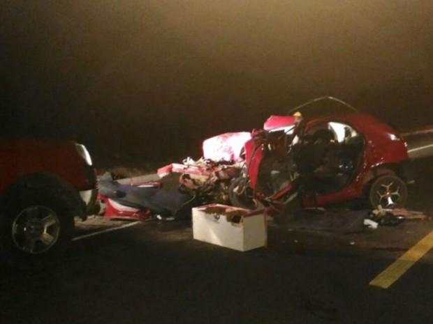 Batida entre carro e caminhão deixou dois mortos em Mossoró, RN (Foto: Marcelino Neto/O Câmera)
