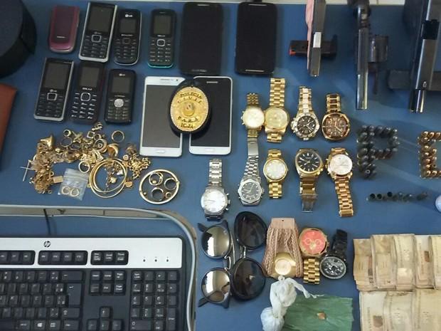 Pistolas, revólver, munições, drogas e objetos roubados foram apreendidos com o bando (Foto: Ascom/PC)
