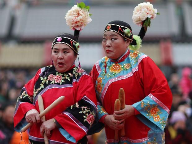 Mulheres vestindo trajes tradicionais celebram o Ano Novo chinês nesta segunda (8), no templo Huangsi, em Shenyang (Foto: REUTERS/Sheng Li)