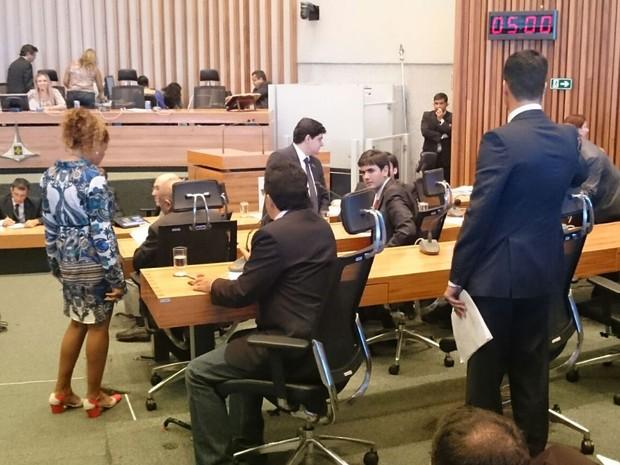 Deputados distritais na última sessão de 2015 da Câmara Legislativa do Distrito Federal (Foto: Mateus Rodrigues/G1)