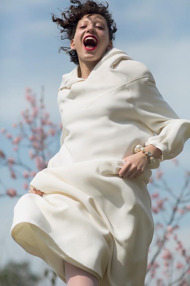 Vestido, R$ 25.000, Dior.  Brincos, R$ 809, Swarovski; pulseira, R$ 390, Gla (Foto: .)