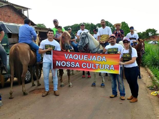 Criadores e domadores da animais fizeram ato em prol da vaquejada nesta terça-feira (11) em Rio Branco (Foto: Quésia Melo/G1)