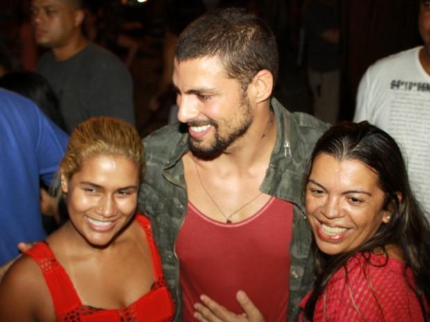 Cauã Reymond com fãs no Rio (Foto: Roberto Cristino/ Ag. News)