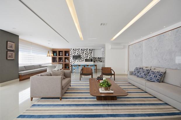 living-sala-estar-tapete-listras-azuis-sofá-branco-mesa-centro-madeira.JPG (Foto: Marcus Camargo/Divulgação)