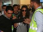 Nina Dobrev desembarca no Brasil e é recebida por fãs em aeroporto