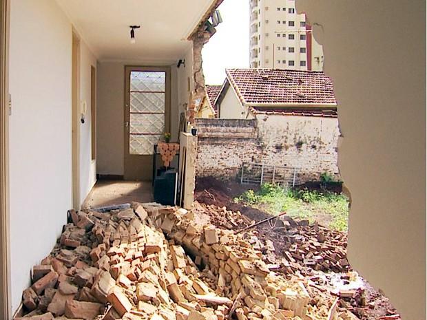 Moradora diz que queda de parede foi provocada por construção (Foto: Reprodução/EPTV)