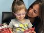 'Que linda', diz menina que era cega à mãe (Carolina Diago)