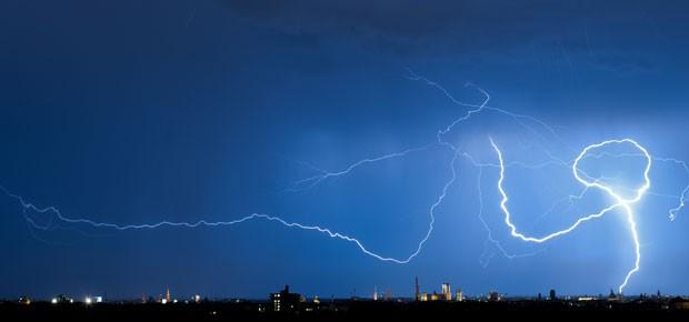 Raio é visto dando volta no céu de Munique, Alemanha (Foto: AFP/Peter Kneffel/DPA)