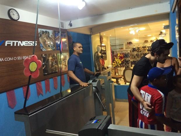 Luan Santana sendo assediado pelos fãs na saída da academia (Foto: Divulgação/SVFitness)