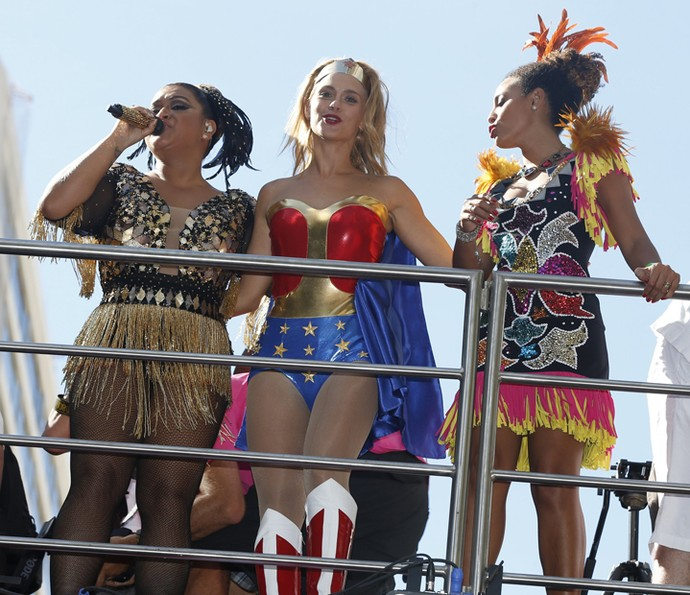 Carolina Dieckmann faz a festa ao lado de Preta Gil e Sheron Menezzes (Foto: Divulgação/ Coletivo Luna)