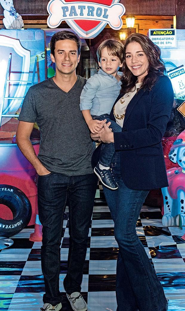Luma Costa com o  filho Antonio e o marido  Leonardo Martins  (Foto:  )