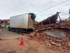 Caminhão desgovernado invade e destrói casas em Congonhal, MG