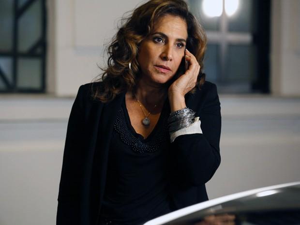Wanda liga para Santiago e explica a situação (Foto: Salve Jorge/TV Globo)