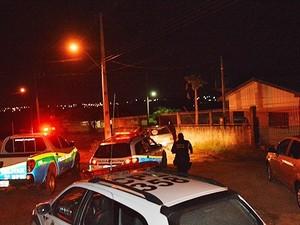 Crime aconteceu por volta das 23h dentro da casa da vítima (Foto: Fernando Luiz/Comando190)