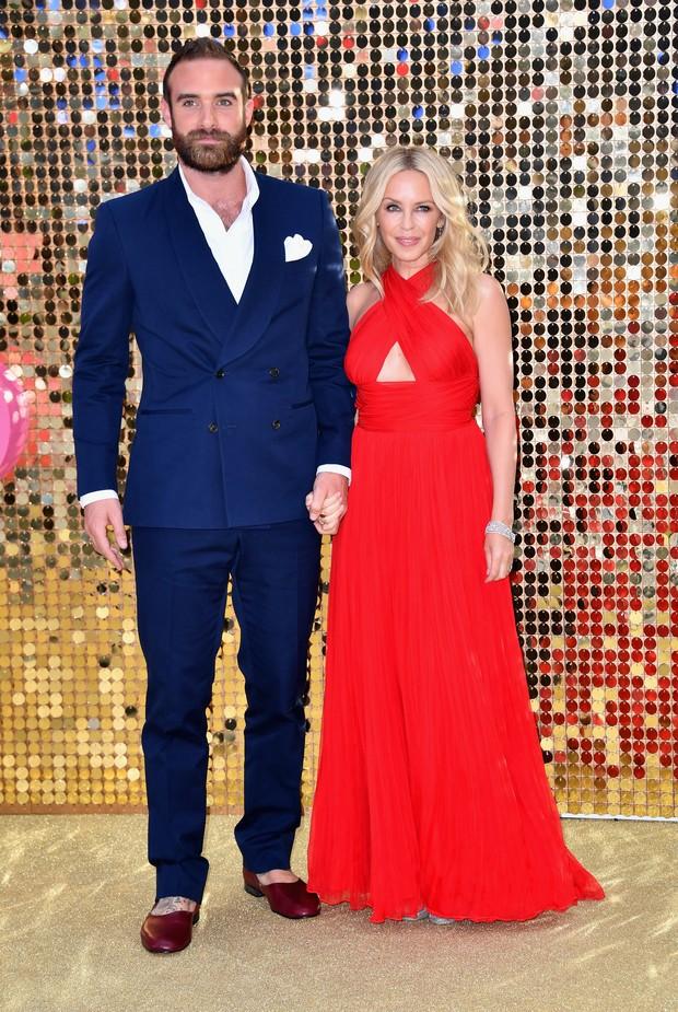 Joshua Sasse e Kylie Minogue em première de filme em Londres, na Inglaterra (Foto: Gareth Cattermole/ Getty Images)