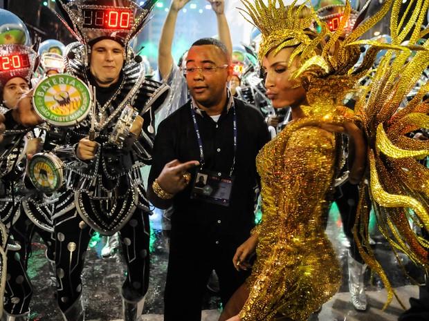 Claudia Leitte posa com Dudu Nobre no primeiro recuo da bateria antes do desfile da Mocidade (Foto: Alexandre Durão/G1)